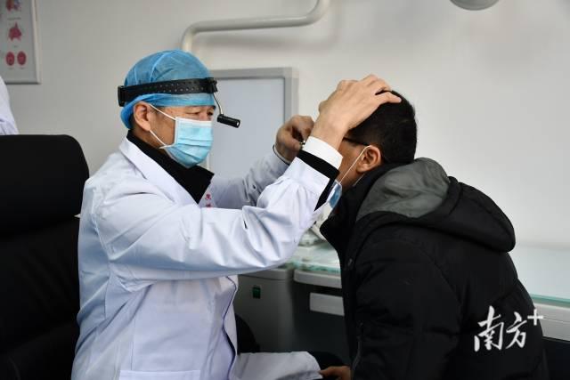 中山大学耳鼻咽喉科史剑波教授在黄江医院看诊。孙俊杰摄