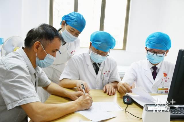 东莞市人民医院消化内科学科带头人刘宇虎定期在黄江医院出诊。