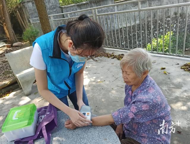 家庭医生上门为居民测量血糖血压。(受访单位供图)