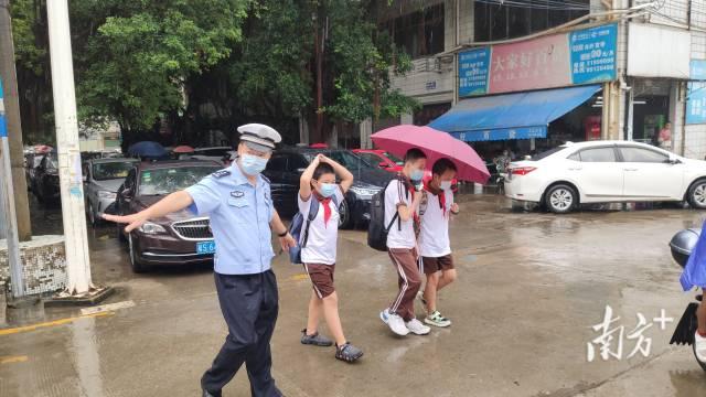 黄江交警护航开学。通讯员李鄂 供图
